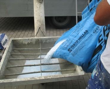 Τροφοδοσία των σφαιριδίων Politerm Blu μέσω κοχλία στον κάδο ανάμιξης